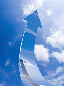 空に向かう矢印のイメージ画像